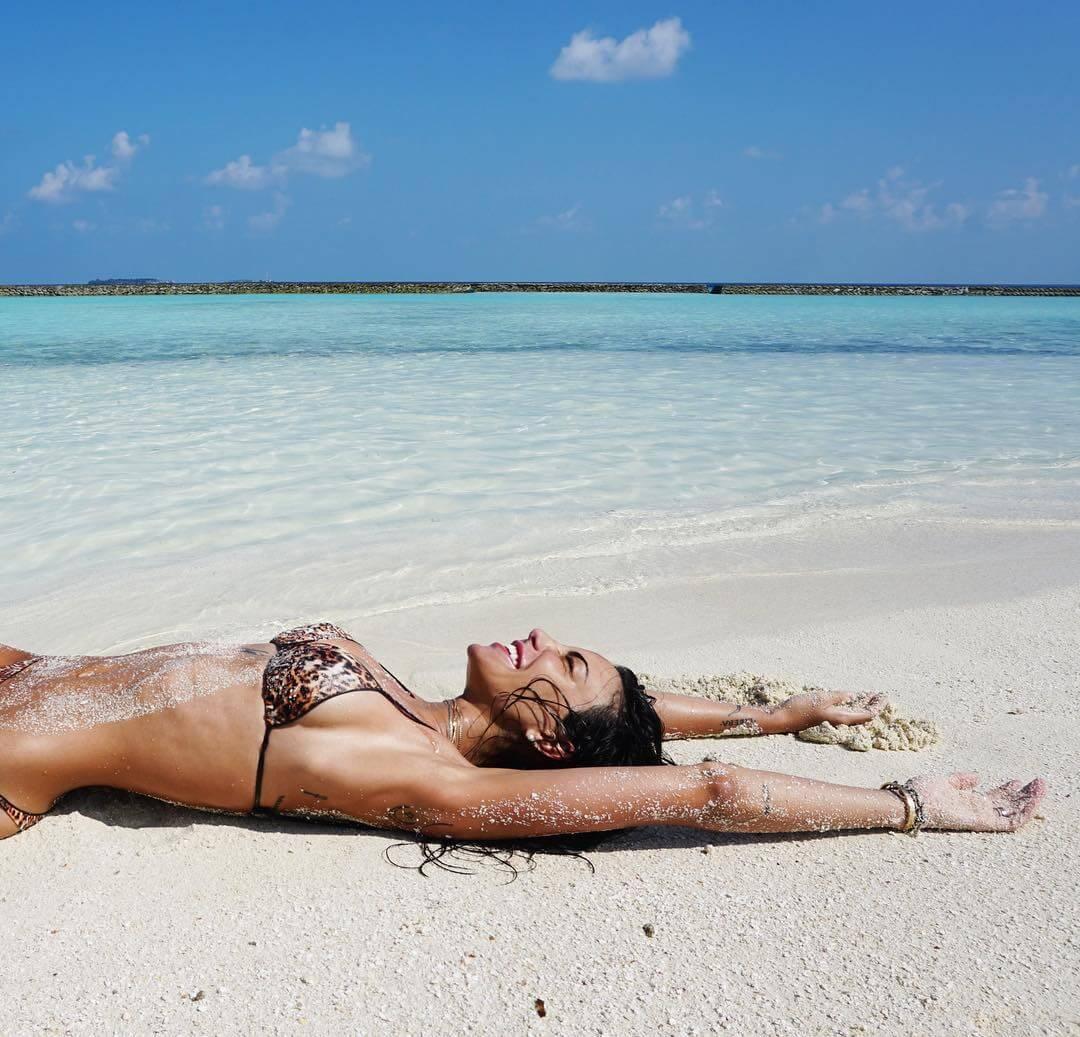 chiara biasi beach bikini halaveli maldives